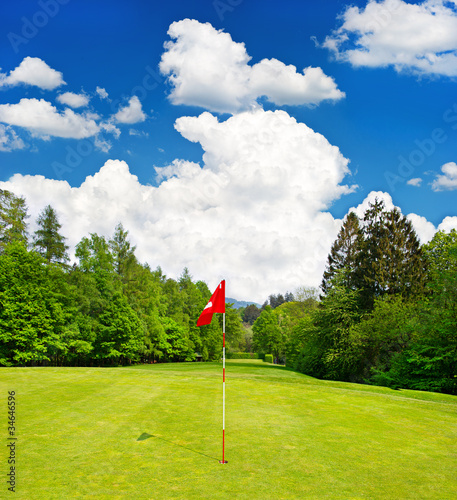 golf feld europ ische landschaft mit blauem himmel. Black Bedroom Furniture Sets. Home Design Ideas