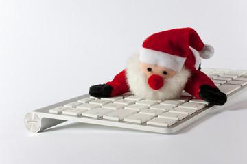 Weihnachtsmann liegt auf der Tastatur