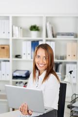 junge geschäftsfrau mit ihrem laptop