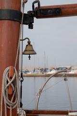 Schiffsglocke am Piratenschiff