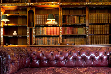 Keuken foto achterwand Bibliotheek Leather sofa and retro library