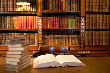 Türaufkleber Bücherei Old classic library with books on table