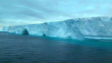 Fototapete - huge ice shelf in antarctic ocean