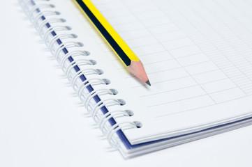 cahier à spirales et crayon