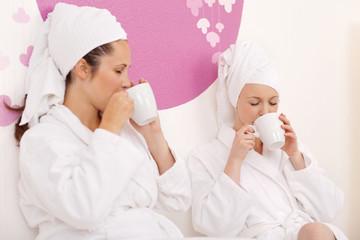 freundinnen genießen tee im spa