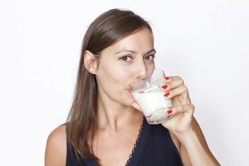 Frau trinkt Milch
