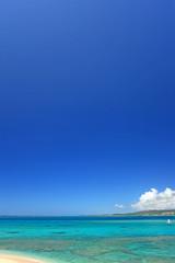 エメラルドグリーンの海と紺碧の空