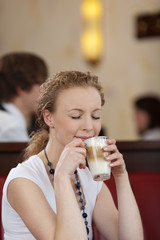junge frau genießt latte macchiato