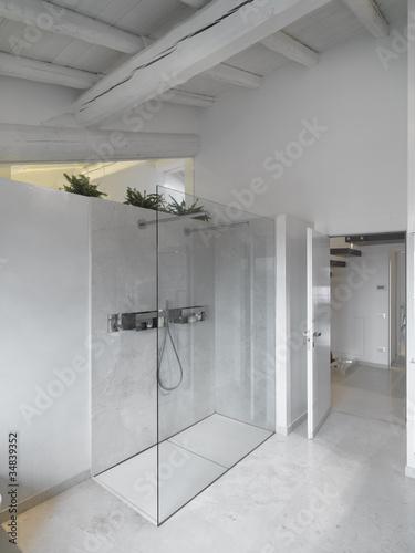 """""""moderna bagno con doccia in muratura e vetro in mansarda"""" Immagini e Fotografie Royalty Free su ..."""