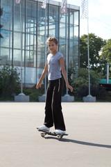 Девушка катается на скейте.