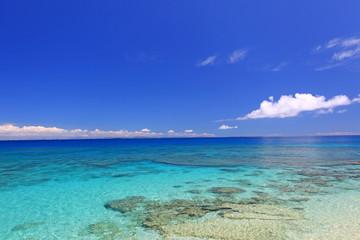 コマカ島の澄んだサンゴ礁の海
