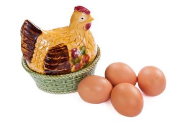 huevos y huevera con forma de gallina