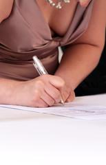 Frau unterschreibt