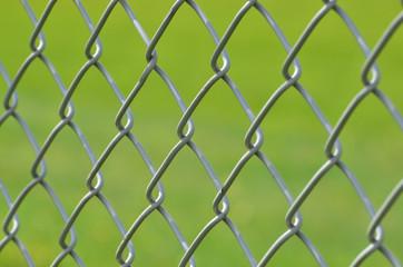 Maschendrahtzaun mit Hintergrund grün