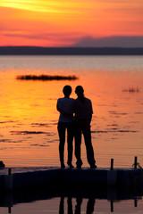 Влюблённые на фоне заката.