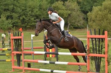 femme et cheval sautant