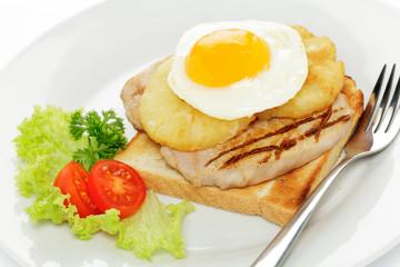 Schweinerückensteak auf Toast mit Ananas und Spiegelei