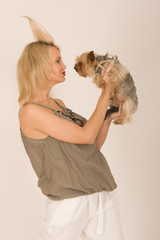 Modische Frau mit Hund