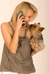 Modische Frau mit Handy und Hund