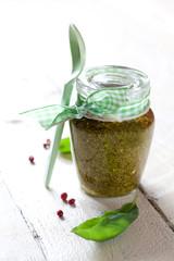 frisches Pesto im Glas