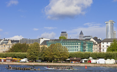 Frankfurt am Main mit Ruderbooten auf dem Main im Wettkampf