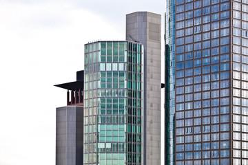 Hochhaus mit Glasfront und Spiegelung in Frankfurt am Main