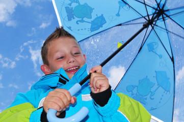 Kind mit Regenschirm
