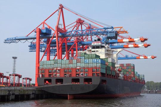 Containerterminal mit Frachtschiff im Hamburger Hafen