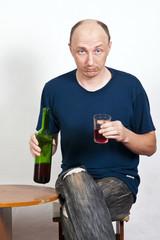 Мужчина со стаканом красного вина