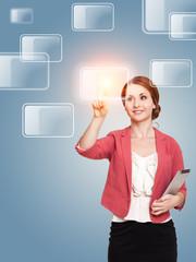 junge Frau drückt einen virtuellen Knopf