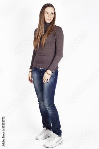 Figura intera di una bellissima ragazza vestita casual su - Immagine di una ragazza a colori ...