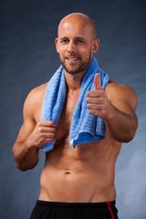 Sportler zeigt Top-Daumen