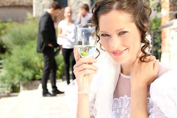 Braut mit Sektglas
