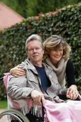 Älteres Paar - Mann im Rollstuhl