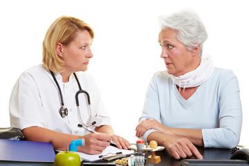 Seniorin spricht mit Ärztin