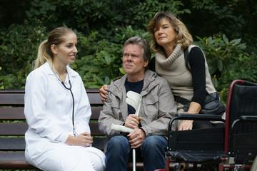 Älteres Paar mit medizinischem Personal