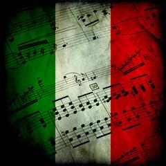 Spartito musicale su bandiera italiana