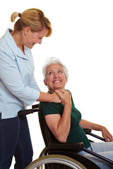 Pflegekraft hilft Seniorin