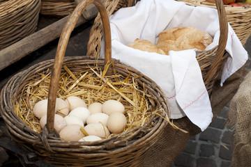 Uova dentro a cesto di vimini e pane