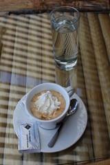 Cappucino und Wasser