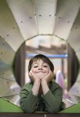 niño jugando en el parque