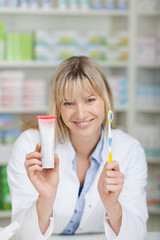 apothekerin mit zahnbürste und zahncreme