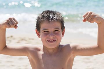 bambino che mostra i muscoli