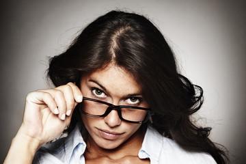 chica observando por encima de las gafas