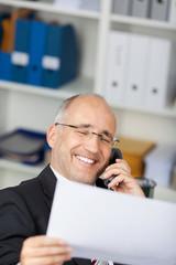 lachender geschäfsmann am telefon
