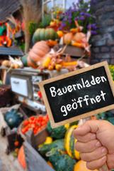 Tafel mit Bauernladen Schriftzug und Herbstdeko