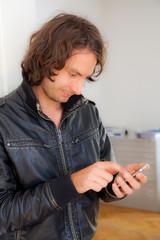 junger mann schreibt sms auf seinem smartphone