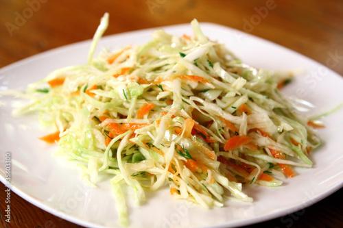Салат с капустой морковью и зеленым яблоком