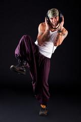 männlicher Tänzer beim Musikgenuss