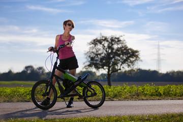 sportliche Frau mit Streetstepper und Sonnenbrille